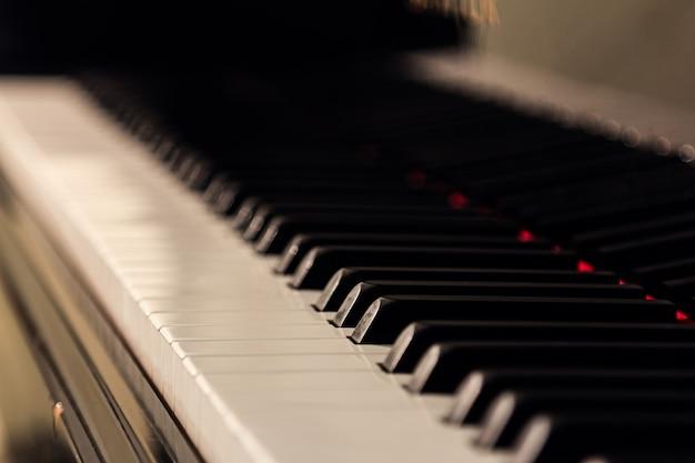 Фортепиано фон с селективным фокусом