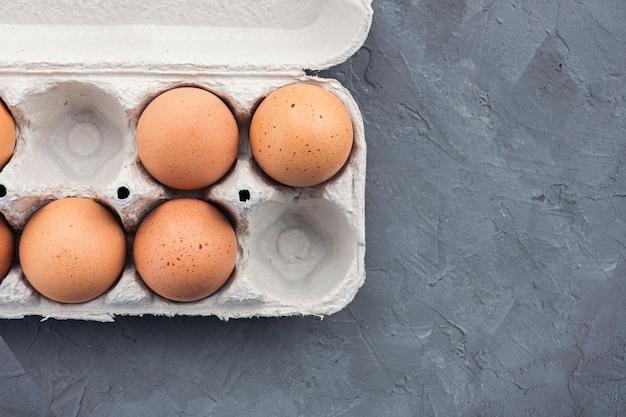 灰色のコンクリートテーブルの上のトレイに卵
