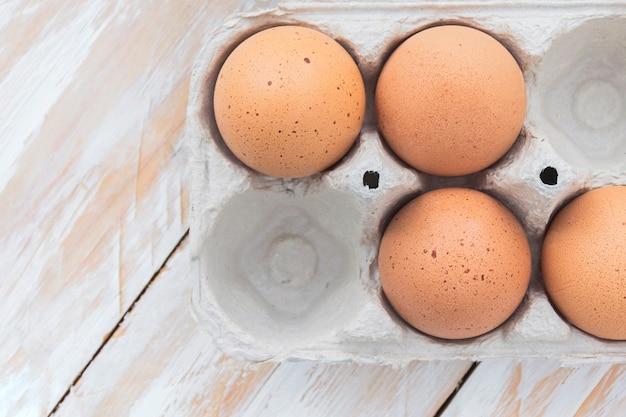 白い木製のテーブルの上のトレイに卵