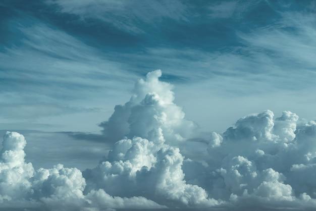 見事な空と大きな暗い雲の背景