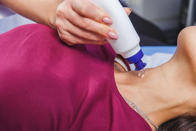 首の超音波検査を行う若い女性