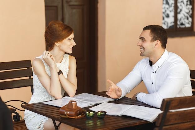 メニューを読んで美しい若いカップル