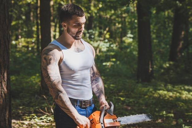積極的な筋肉の男性木こりの肖像画