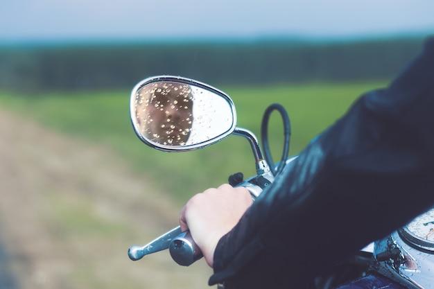 Отражение водителя мотоцикла
