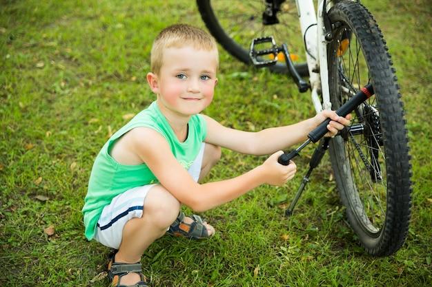 自転車のチューブをポンピング少年