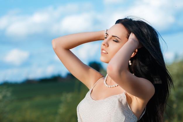 若い美しい黒髪の女性
