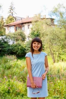 Молодая девушка агент по продаже недвижимости