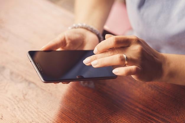 Женщина использует свой смартфон