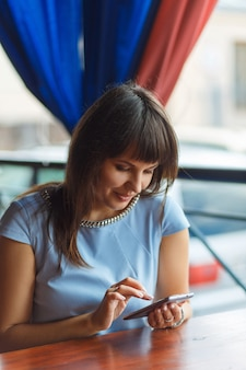 Молодая женщина использует свой смартфон