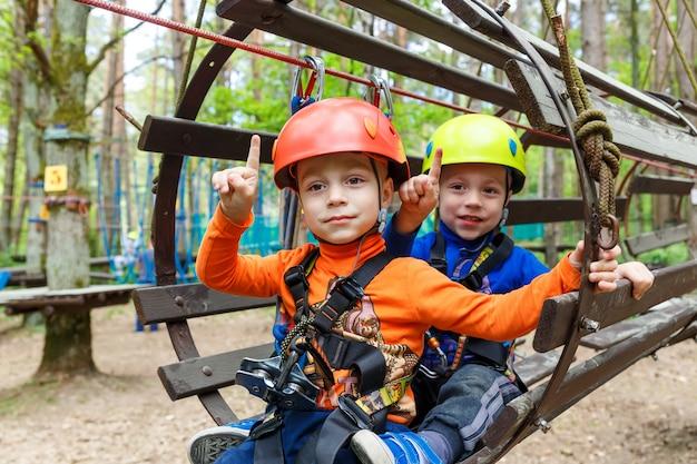 双子の兄弟がヘルメットをかぶって登山