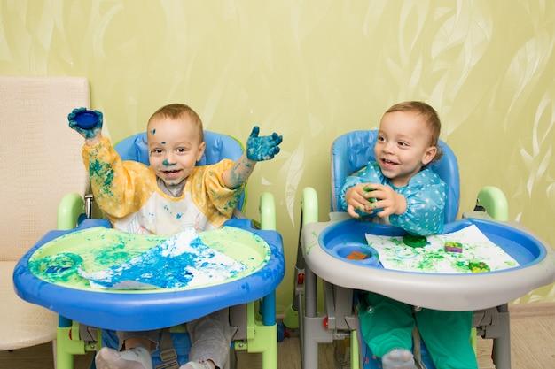 幸せな男の子の双子を描く