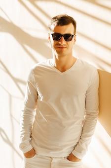 白い服を着た若い男