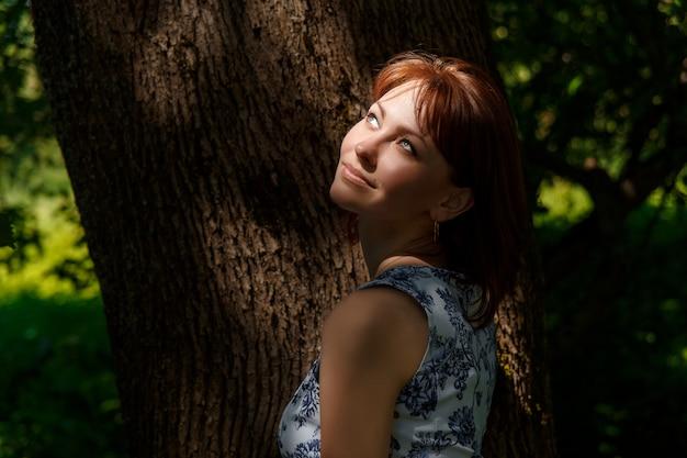 公園で幸せな少女