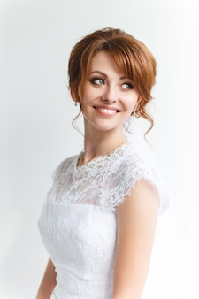 結婚式のメイクアップと美しい若い花嫁
