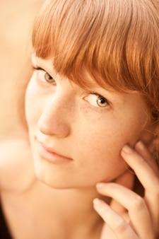 美しい赤毛の若い女性の肖像画