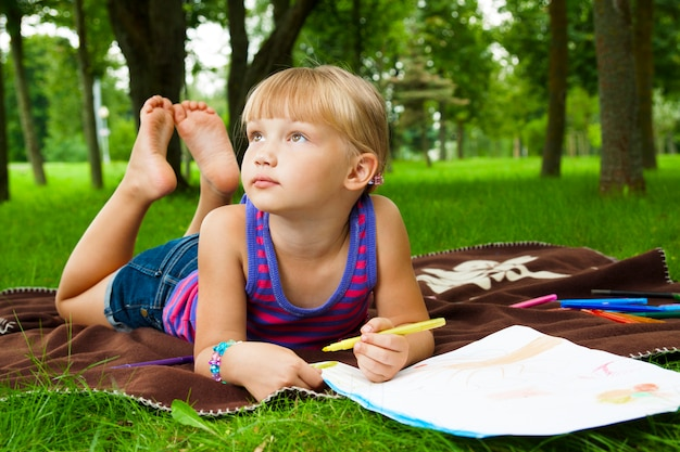 Маленькая девочка рисунок