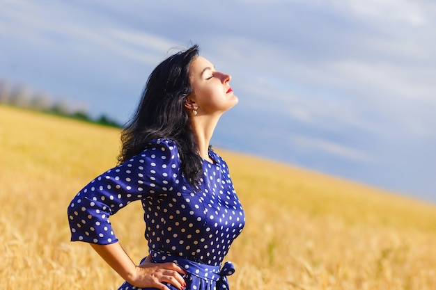麦畑で美しいブルネットの女性