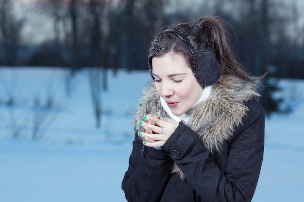 女性の手の暖かい息