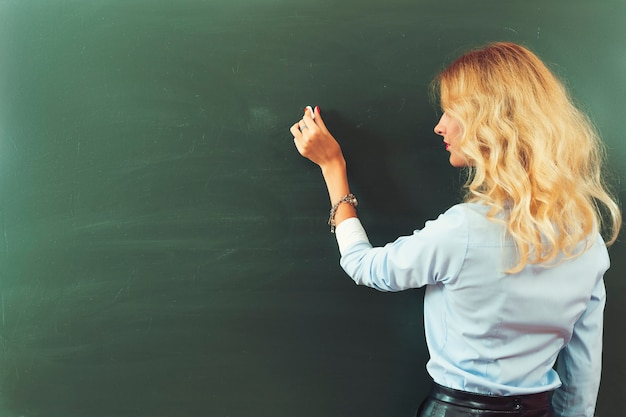 Красивый молодой учитель