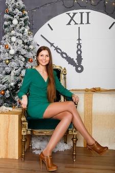 Красивая женщина с рождественским подарком