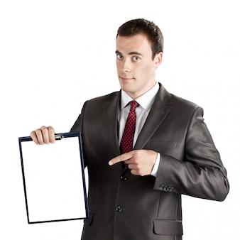 Улыбающийся современный бизнесмен, указывая пальцем на пустой буфер обмена, изолированных на белом