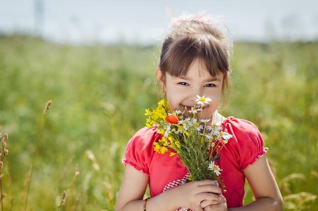 花を持つかわいい子女の子