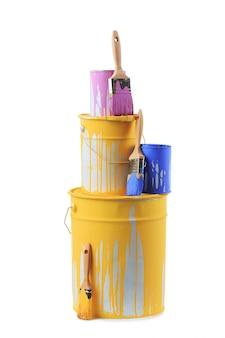 Открытые банки краски разных цветов и кисточек