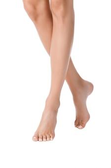 完璧な肌を持つ長いきれいな女性の足