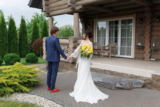 豪華な木製の大邸宅に入る準備ができて新婚