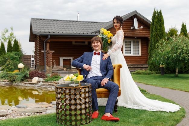 新婚夫婦が結婚式のポーズ