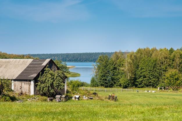 養蜂場と木製の小屋