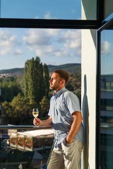 Красивый парень стоял на балконе