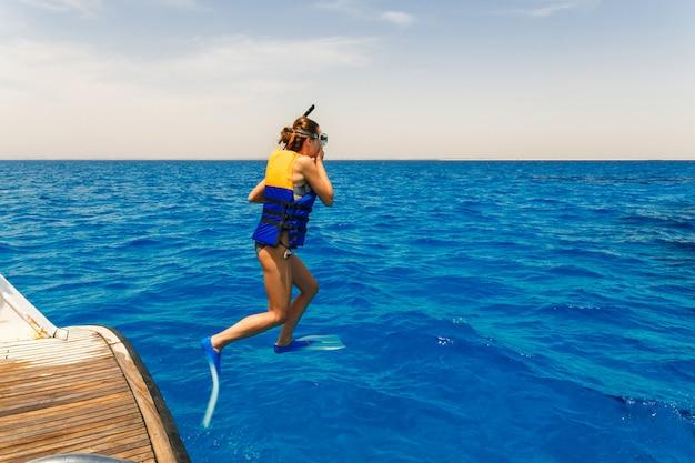 Молодая женщина прыгает