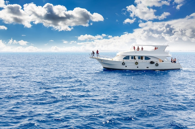Белая яхта в синем тропическом море