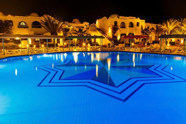 Водный бассейн ночью