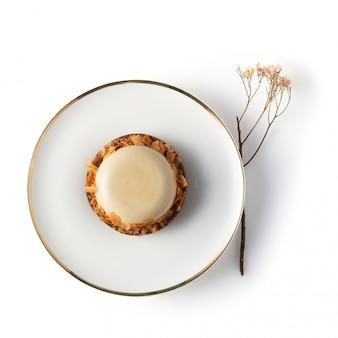 丸い白い艶をかけられたケーキのクローズアップ