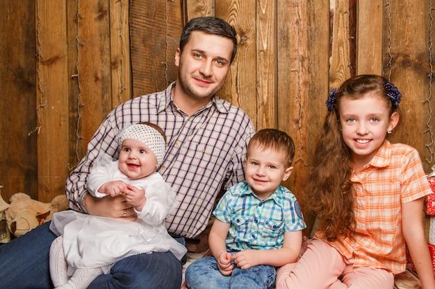 Отец с детьми на рождественской фотосессии