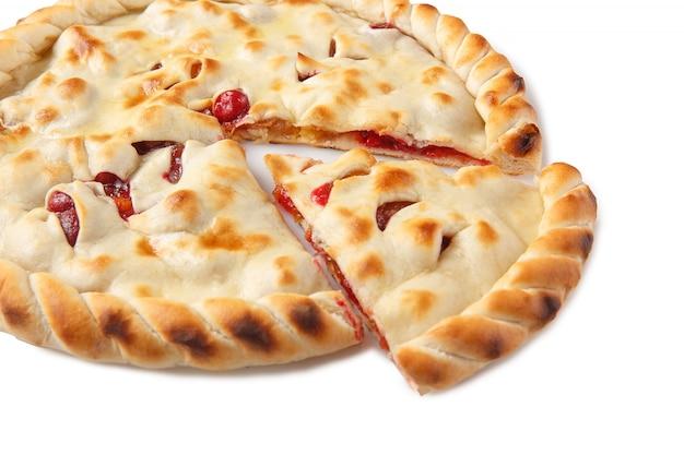 Нарезанный домашний осетинский пирог с яблоками и вишней