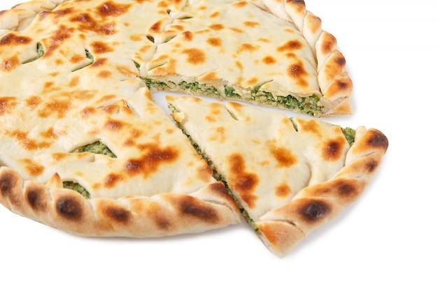 Вид сбоку нарезанного домашнего осетинского пирога
