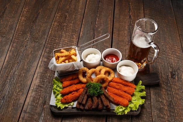Набор кружки пива и закусок