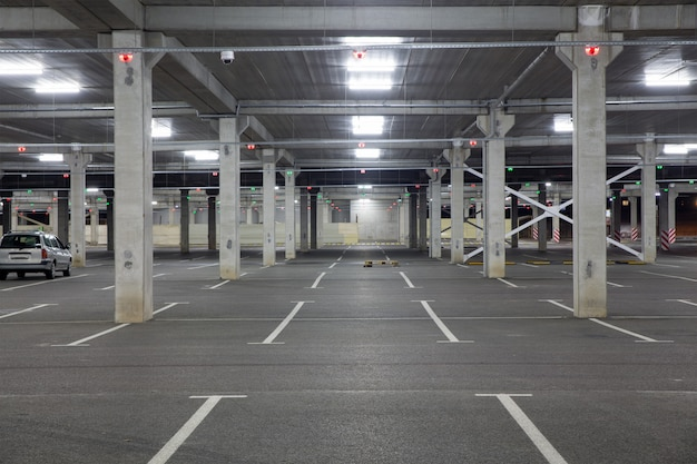 パンデミック時のショッピングセンターの空の車の駐車場