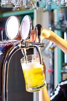 待っている女性注ぐビール