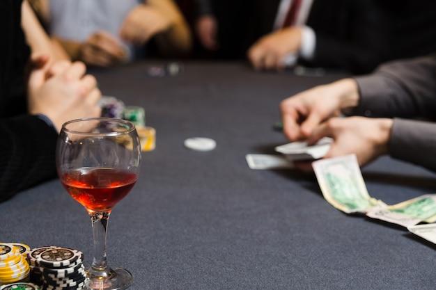 Люди играют в покер