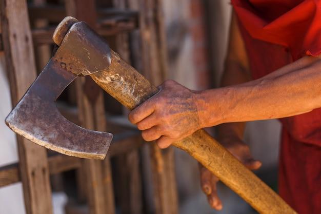 中世の死刑執行人の手の中にある斧