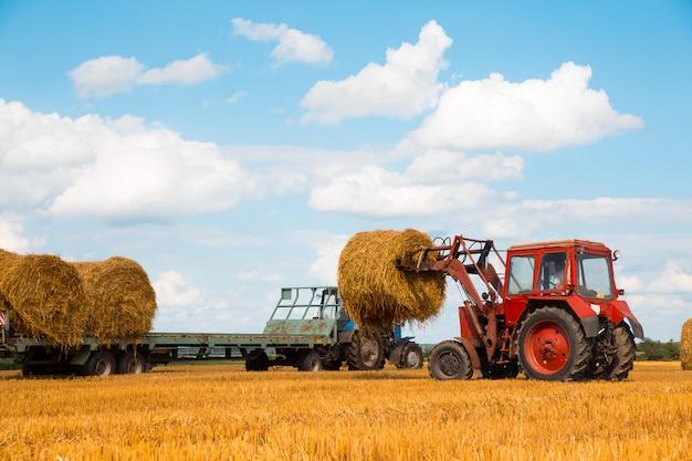 干し草を運ぶトラクター