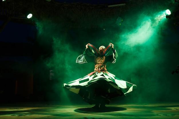 Суфийская танцовщица вращается