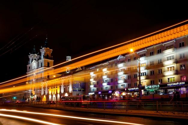 旧市街の背景に車のライト