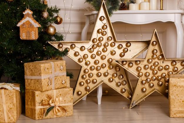 クリスマスツリーの下の豪華なギフトボックスの写真