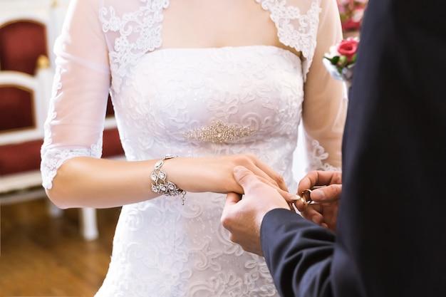 指輪を持つ手