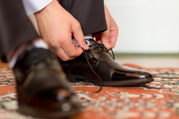 新郎は靴をドレスアップし、バインド
